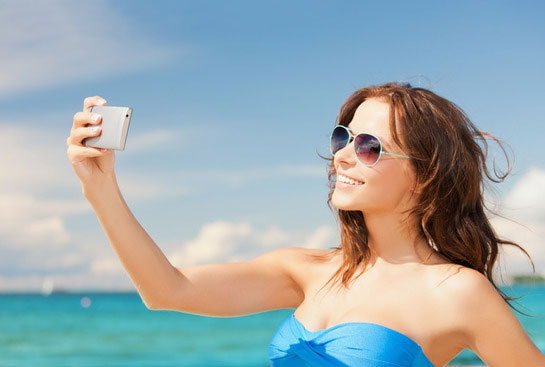 Mit Smartphone am Strand